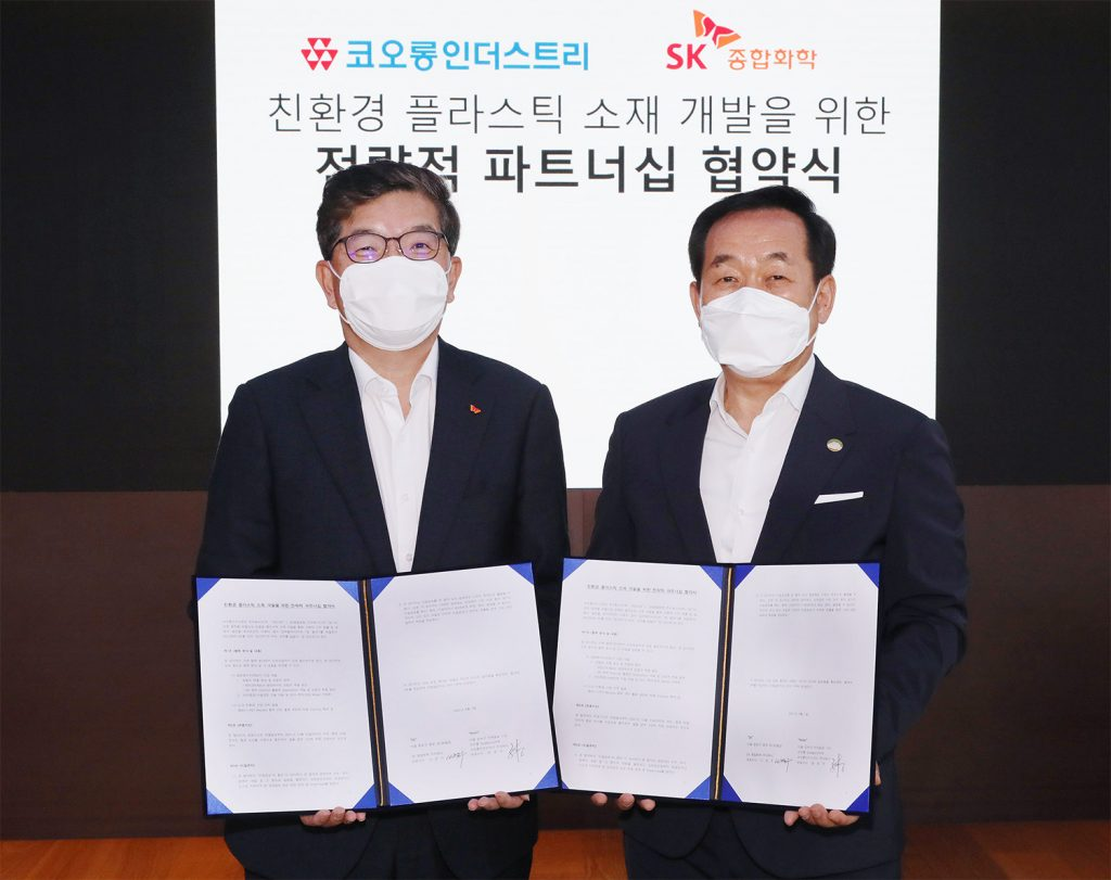 CEO of SK Global Chemical Na Kyung-soo and CEO of Kolon Industries Jang Hee-goo